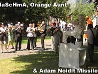 Die Adam Noidlt Missiles von Frank Köllges bespielen NaScHmA als  Sitzende Begrüßungs-Skulptur